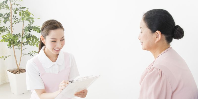 問診をする看護師